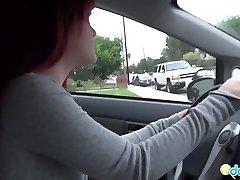 Emo přítelkyně škádlení v autě
