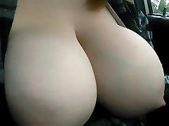 prsa oteklé s mléko stříkající