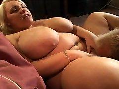 blondýnka s velkým přírodním prohnutý prsa