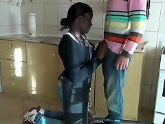 黑人女佣被她的老板