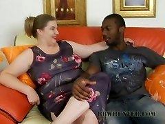 健谈的丑陋的肥胖婊子Charlly赢得一个黑色的阴茎对一个吹箫
