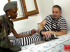 边卡Blacka和Terry性别与一个性感的非洲士兵-MMM100