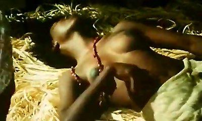 טופלס סטודנטה אפריקאית עושה ריקוד שבטי (1970 וינטאג')