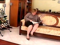 chubby mature play on divan