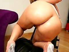 Long haired blonde babe gets a hot hoad shot on her round ass