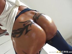 Jewels Jade loves to feel her slippery ass being fucked