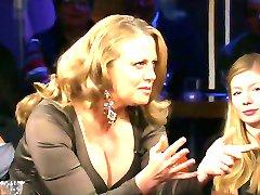 Barbara Schoeneberger mit Riesendekollete und Nylons