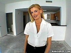 This milf has experinces in closing cock
