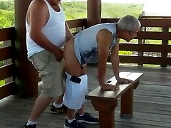 Gordito se folla a abuelo en la calle