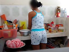 Molesta a la prima en la cocina