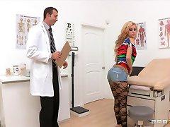 Bubblebutt blonde teen Jessie Rogers fucks her doctor's bigdick