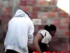 Arabe se fait baiser dehors contre un mur