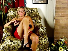 Mature sex bomb mom with perfect body
