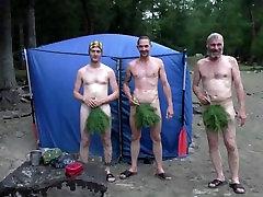 Machos russos numa sauna portatil no mato