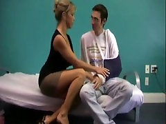 Mom helps son with broken arm - WWW.HORNYFAMILY.ONLINE