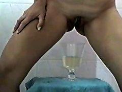 Preciosa latina mexicana traviesa peeing pissing cup twice.