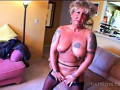 Áttört tetovált érett maszturbál picsa