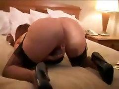 לבן אשתו בוגדת הבעל עם זין שחור בתוך חדר המלון