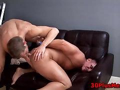 Muscly jock deepthroats cock