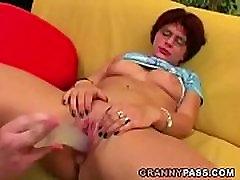 Érett maszturbál egy hatalmas dildó