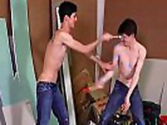 Tongues and fluids games between twinks Abel Lacourt &amp Paul Delay