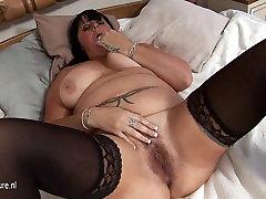 Damn hot mature slut loves to play around