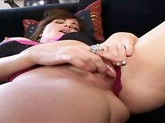 MILF Bella Roxxx Flicks Her Bean Exclusively On Xchimp