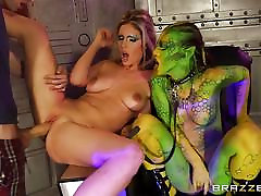 Alien Tiffany Doll and Eva Parcker out of this world fucking