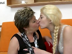 Two old and young lesbians using a doubledong